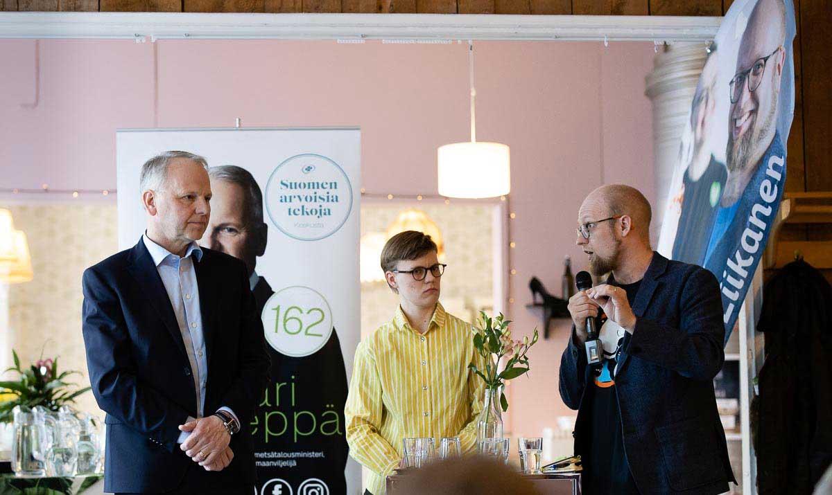 """Ministeri Jari Leppä, """"kaksintaistelun"""" puheenjohtaja Siiri Niinivirta ja Veli Liikanen."""